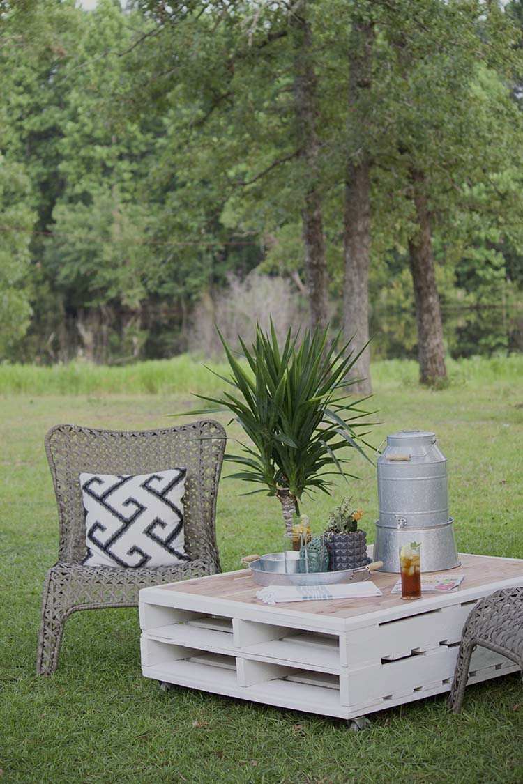 Astonishing Diy Pallet Coffee Table Gets An Outdoor Makeover Southern Download Free Architecture Designs Terchretrmadebymaigaardcom